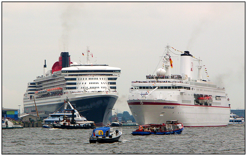 RMS Queen Mary 2 (links, left), MS Deutschland (rechts, right).