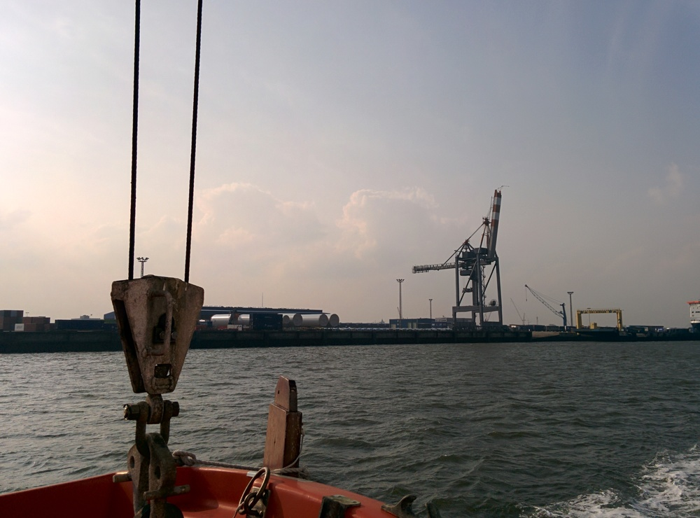 Cassen Eils fährt uns mit der MS FLIPPER um den Cuxhavener Hafen ...