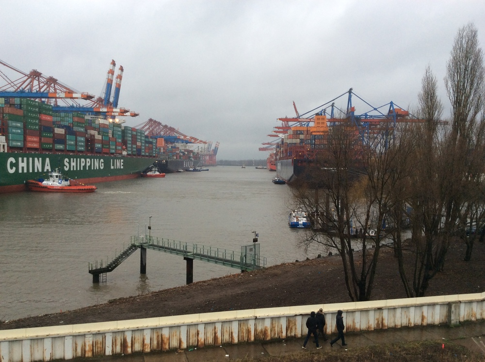 To the right is the Hapag-Lloyd Lufwigshafen Express.