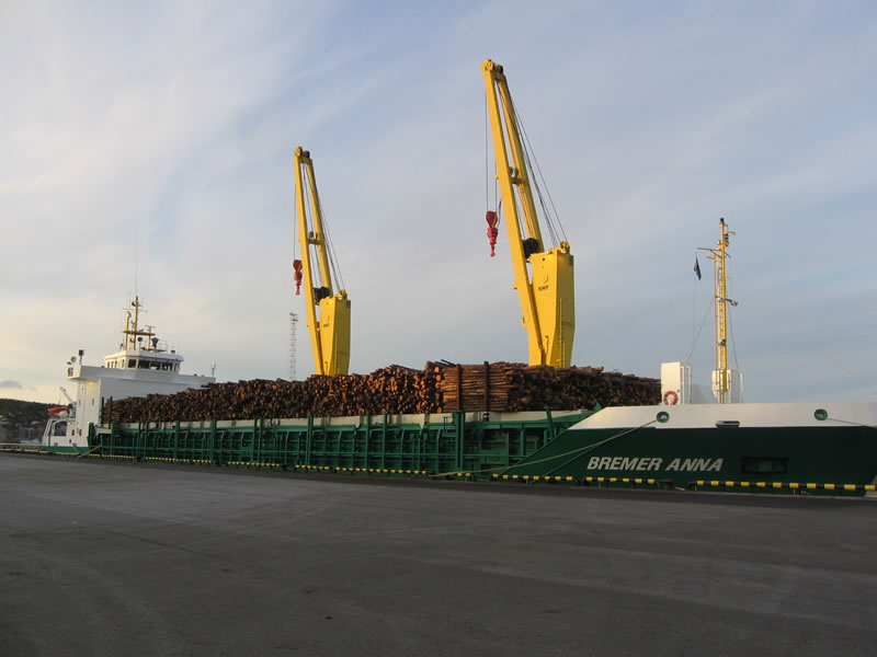 MV BREMER ANNA takes on forestry products.