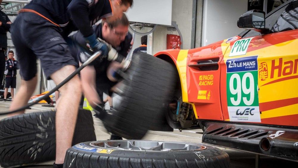 Aston_Martin_Tyre_Change_LeMans_2015_1.jpg