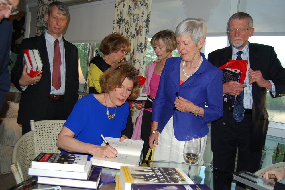 Lynne Olson signing books for Sarah Jennings and SWCSO members LGen (ret'd) Andrew Leslie, Ellen Wright, Charlotte Gray and Colin Smith