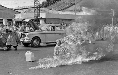 """heteron :     Für etwas Gerechtes sterben. Vietnam, Saigon, 1963. Der buddhistische Mönch Thích Quảng Đức macht mit einer Selbstverbrennung auf den ungerechten Umgang mit seinen Glaubensbrüdern aufmerksam, die in Massen verhaftet und hingerichtet wurden. Man beachte die Blicke der Anderen. Dazu der anwesende Journalist David Halberstam: """"Ich sollte diesen Anblick wieder zu Gesicht bekommen, aber einmal war genug. Flammen schlugen aus einem Menschen empor; sein Körper verdorrte und schrumpfte langsam, sein Kopf schwärzte sich und verkohlte. Der Geruch brennenden Menschenfleisches lag in der Luft; Menschen brennen verblüffend schnell. Hinter mir konnte ich das Schluchzen der Vietnamesen vernehmen, die sich nun zusammenfanden. Ich war zu erschüttert, um zu weinen, zu durcheinander, um mir Notizen zu machen oder Fragen zu stellen, sogar zu bestürzt, um überhaupt zu denken … Während er brannte, bewegte er keinen einzigen Muskel, gab keinen Laut von sich und bildete damit durch seine sichtliche Gefasstheit einen scharfen Gegensatz zu den klagenden Leuten um ihn herum."""" Der seinerzeit vietnamesische Präsident Ngô Đình Diệm galt als grausam, besonders gegenüber Gläubigen, aber auch als anti-kommunistische Alternative zu Hồ Chí Minh, dem berühmten und umstrittenen Freiheitskämpfer, der seit den 1940er Jahren für Vietnams Freiheit gegen Japan, Frankreich, China und schließlich gegen die USA gekämpft hatte.     Für alle die, die sich fragen, wie es den Tibetern ergeht, wenn sie ihresgleichen sich selbst verbrennen sehen…"""