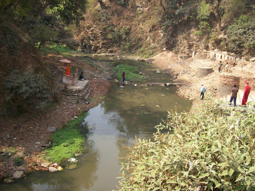 La rivière Bagmati est l'endroit de prédilection pour la crémation des défunts hindouistes