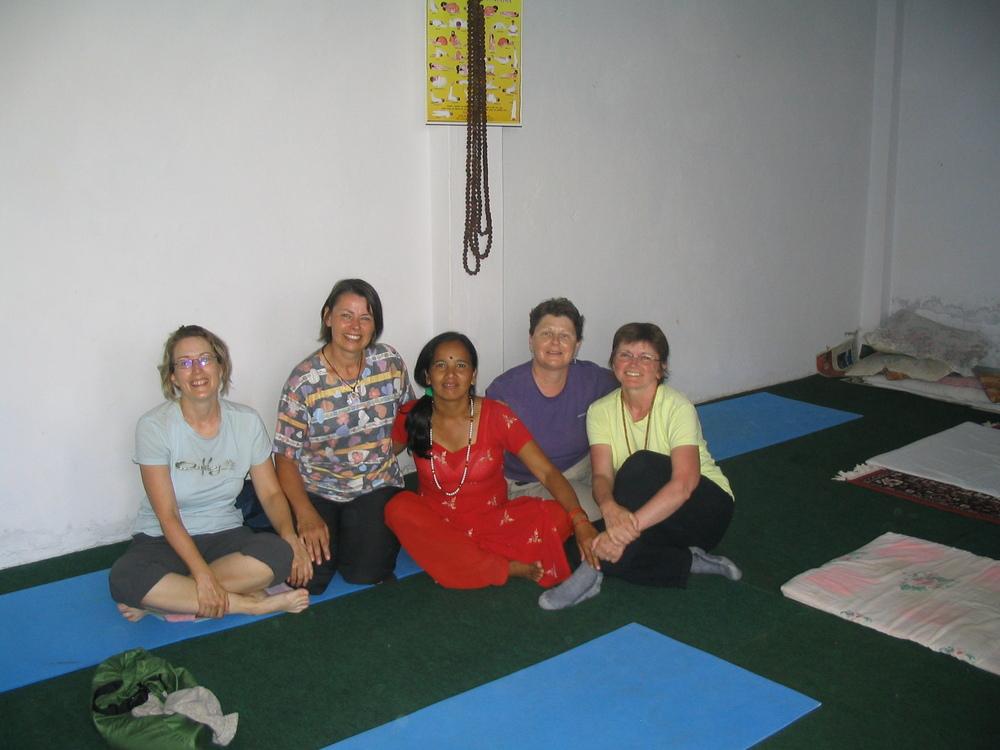 Cours de yoga dans une école à Pokhara