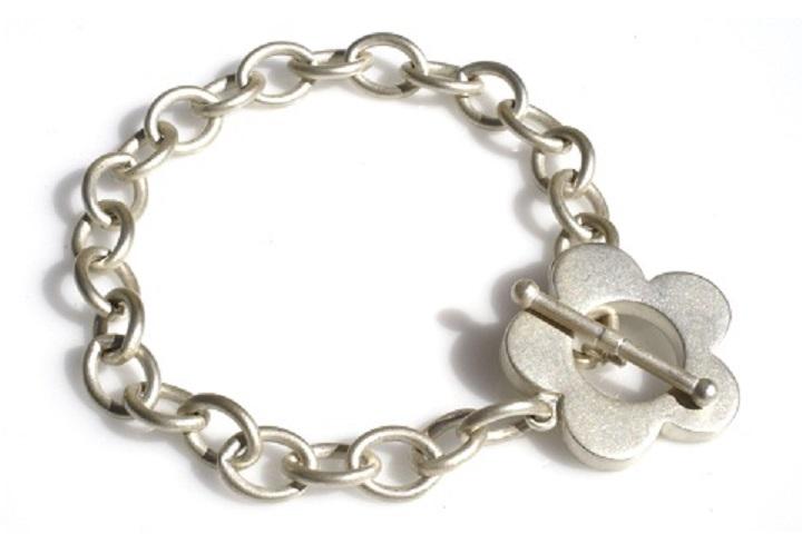 Flower clasp bracelet