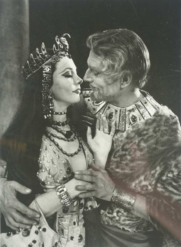 Vivien Leigh and her husband Laurence Oliver, in Shakespeare's Antony and Cleopatra, London 1951. This is a copy of an image taken by Cornell Capa.