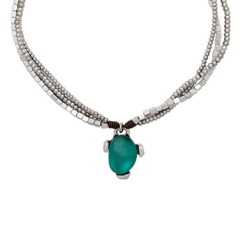 This beautiful Atraccion Fatal incorporates leather, silver pleated beads, and a green resin stone pendant to form an irresistible necklace. The perfect touch for the great spring outfit :)