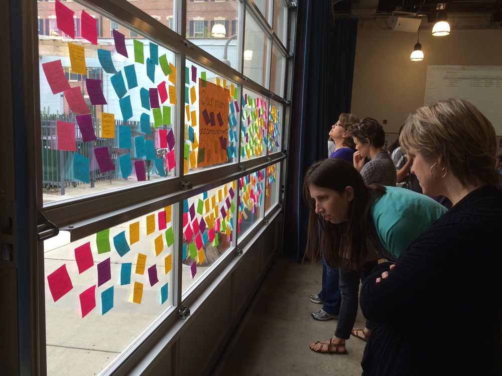 Teachers read the Post-it reflections written by their colleagues.