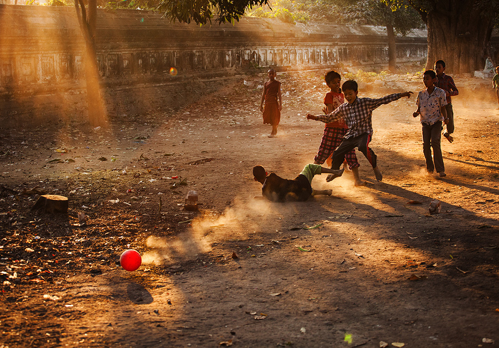 Kids playing soccer behind the Ein Daw Yar pagoda