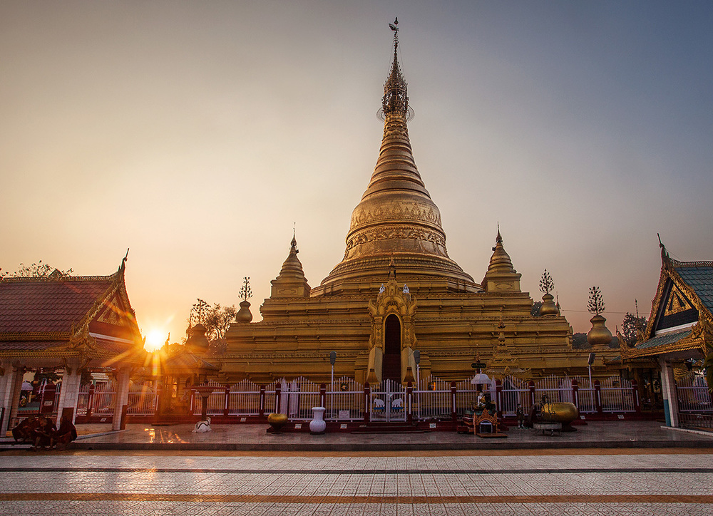 Ein Daw Yar pagoda at sunset