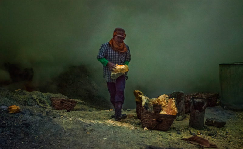 Sulphur miner stacking his baskets
