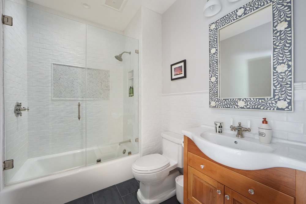 Image 20 Hall Bath.jpg