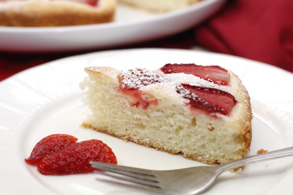strawberry tea cake | www.livingthelovely.com