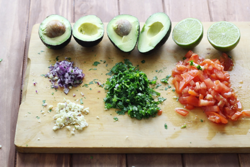 step by step instructions for some fast and easy home made guacamole recipe | www.livingthelovely.com