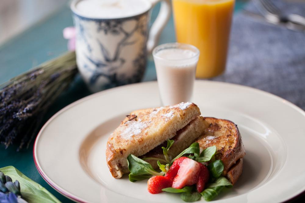 Самые ранние завтраки на Суворовском, начинаются в08:30,в KROO CAFE.