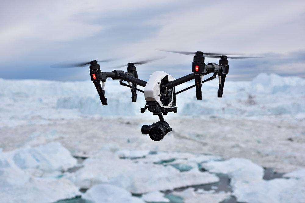 Der Multicopter kehrt von einer erfolgreichen Mission im Eisfjord zurück.