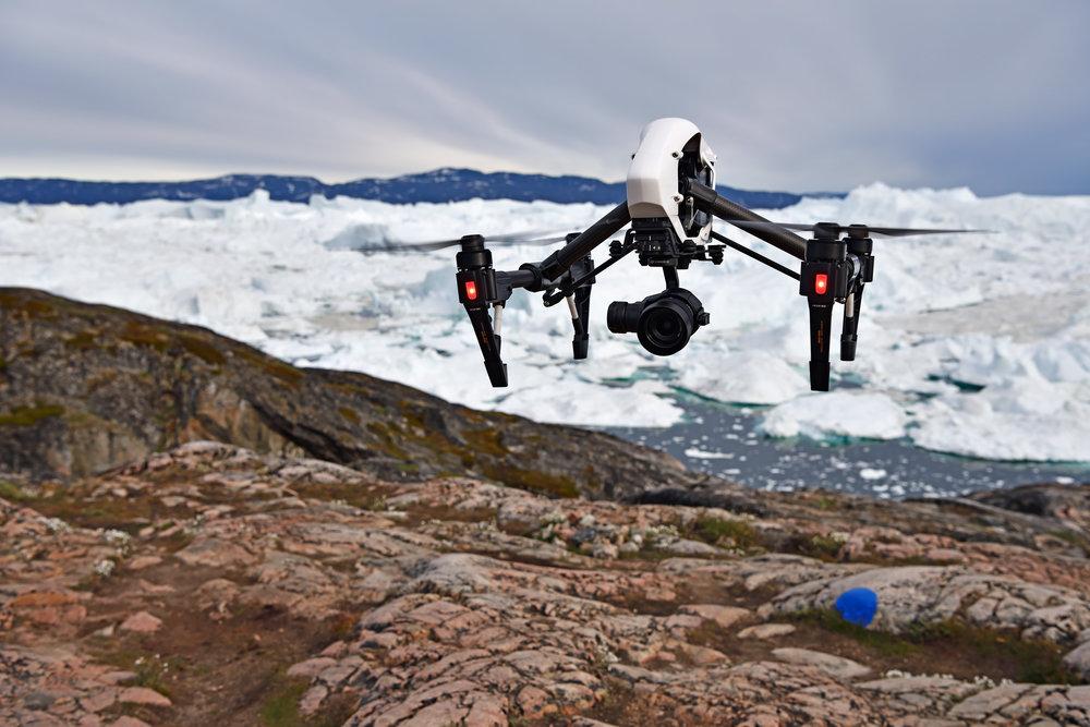 Der DJI Inspire 1 Pro im Landeanflug - in dieser Position beansprucht er für den Transport noch mehr Volumen