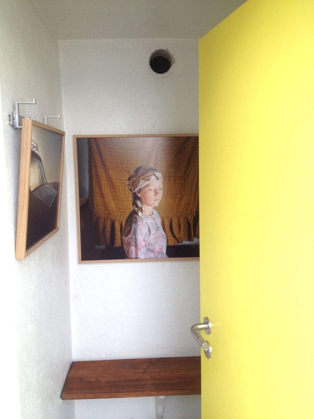 """""""Avant le jour"""" et """"Elizenda"""", série """"Petite robe de fête"""" 2013 photo de la cabine réalisée le soir du vernissage. Exposition """"Les Cabines"""", plage de Nyon jusqu'au 28 septembre 2014"""