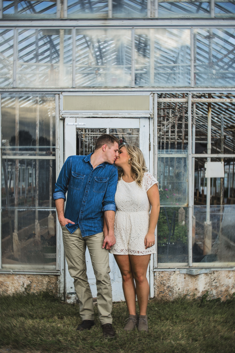 balloons_greenhouse_farm_engagement_session_lynchburg_va019.jpg