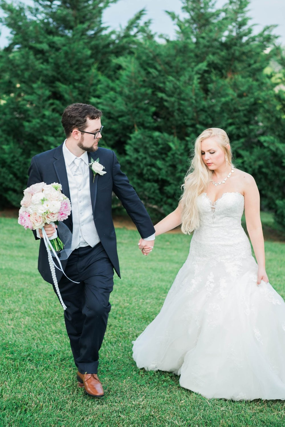 bedfordcolumns_entwinedevents_Lynchburgweddingphotographer_virginiaweddingphotographer_tarahlaunce 27.jpg
