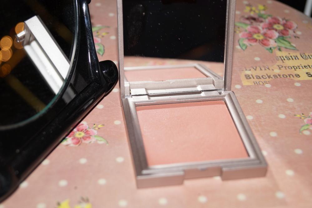 3. Румяна пастельные розовые с минимальным содержанием перламутра, или матовые. (день)