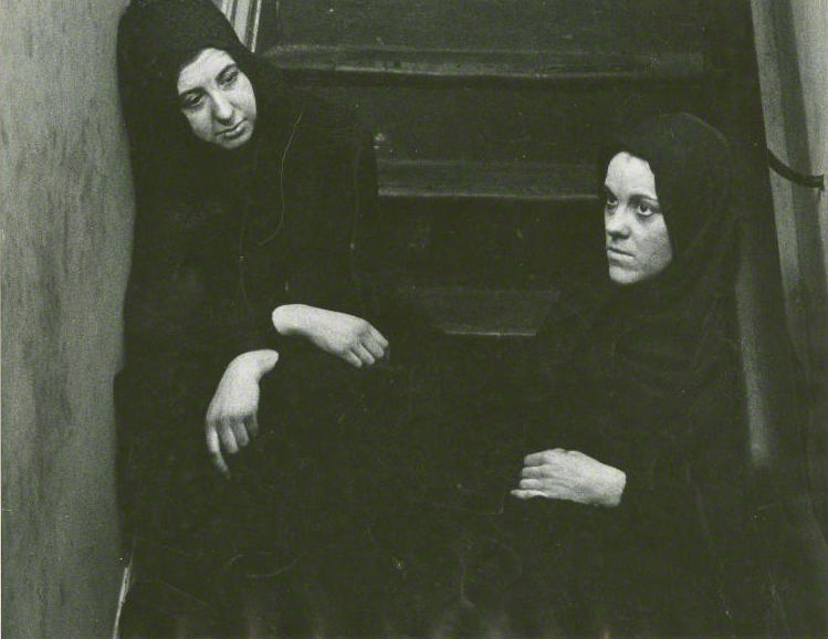 Louise Nichol and Amelia Dempster  in Yerma (1952)