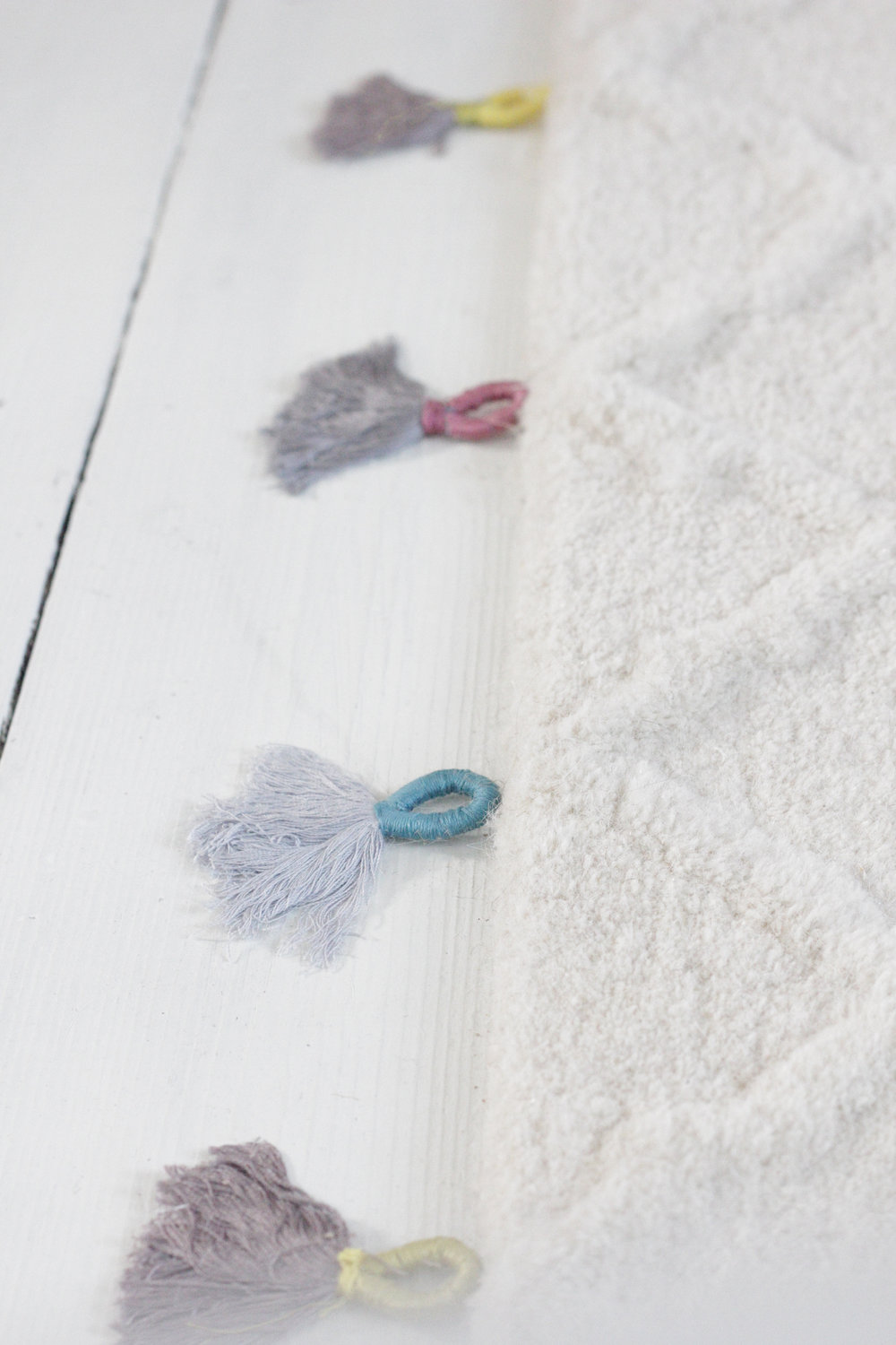 make your own tassels to decorate a rug with, tutorial by hester's handmade home
