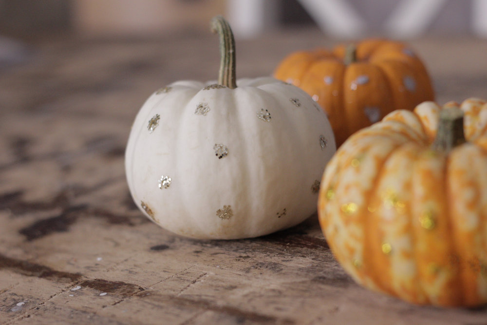 polka dot pumpkins, perfect last minute halloween decor tip by Hesters Handmade Home