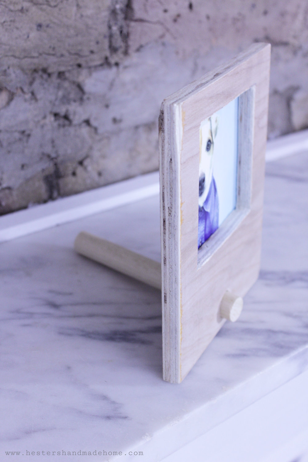 Handmade photo frame for your Instagram shots. Tutorial by www.hestershandmadehome.com