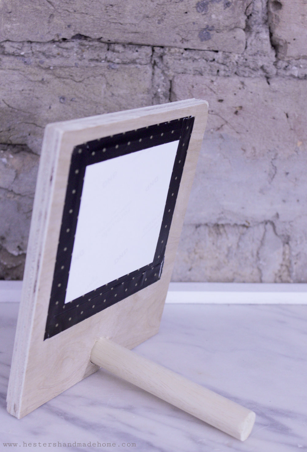 Make a frame for your instagram shots, tutorial by www.hestershandmadehome.com