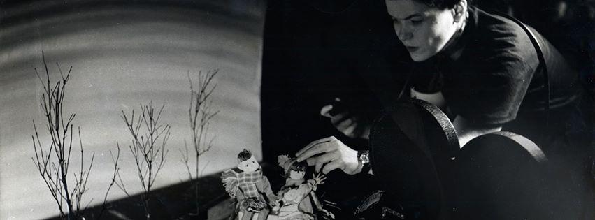 Alma Duncan travaillant à la réalisation du film Fantasie folklorique en 1951 à Ottawa. Alma Duncan creating her NFB film Folksong Fantasy (1951) in Ottawa. (Photo : Audrey McLaren)