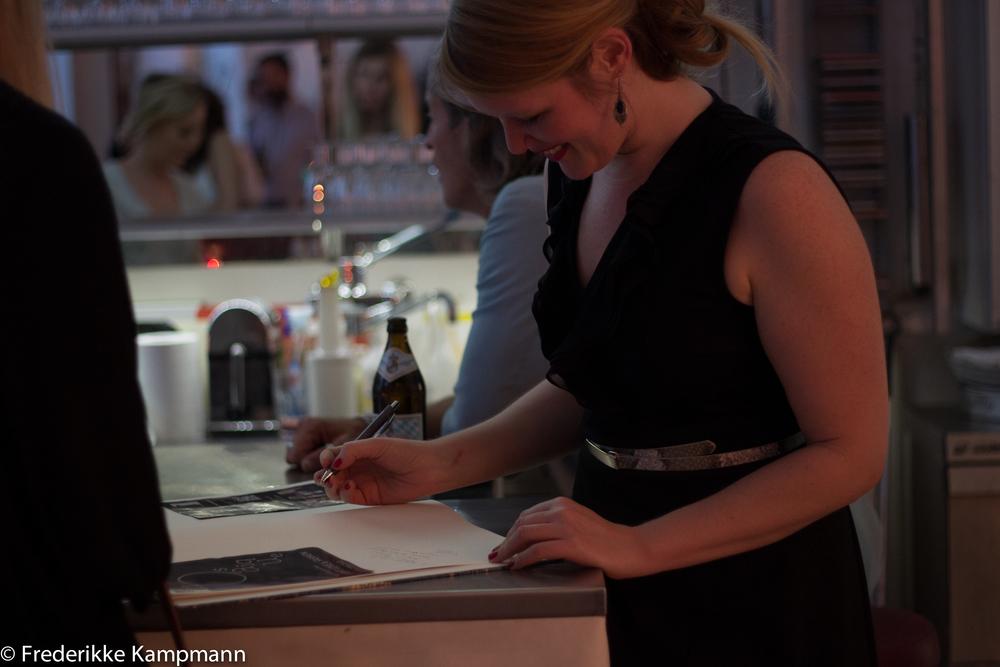 Anne Wieben signs Mosaïque guestbook