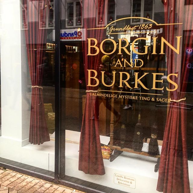 Så kom der flotte vinyler på facaden, og Borgin & Burkes står klar til officiel åbning i Efterårsferien. Indtil da, kan man lure gennem vinduerne -hvis man altså tør 😉#harrypotterfestival #harrypotterodense #HPF017