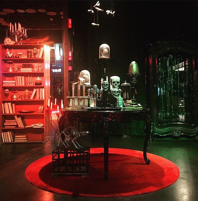 Nighttime lights at Borgin & Burkes 🔥🔮👻 Oplev magien (og uhyggen) hver aften og nat helt indtil 21. Oktober. Lyset er designet og installeret af Standlux's über dygtige @hannibalstruckmann #harrypotterfestival #harrypotterfestival2017 #hpf017 #harrypotterodense