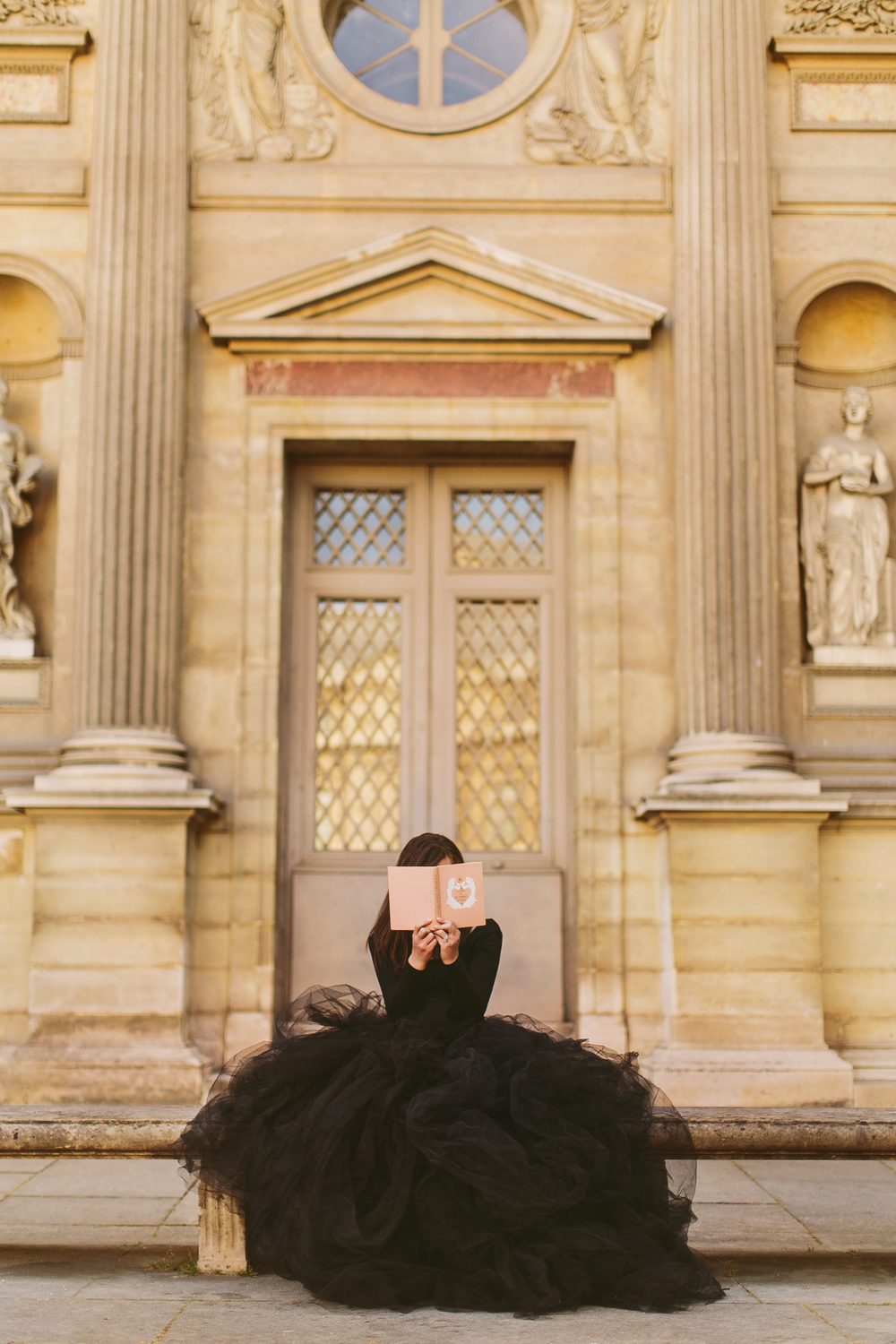 lauren_knight_reading_book_at_louvre_lamour_de_paris