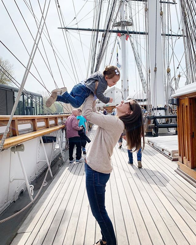 Me and my first mate taking on Greenwich for the day. ❤️ Oh man, this is a great day out from London- easy to do, stuff for everyone (Cutty Sark! Prime Meridian! Afternoon tea at the Fan Museum!) and, yet, you can get cruise back to London on the Thames Clipper well before dinner time. #aspiringlondon #havebabywilltravel