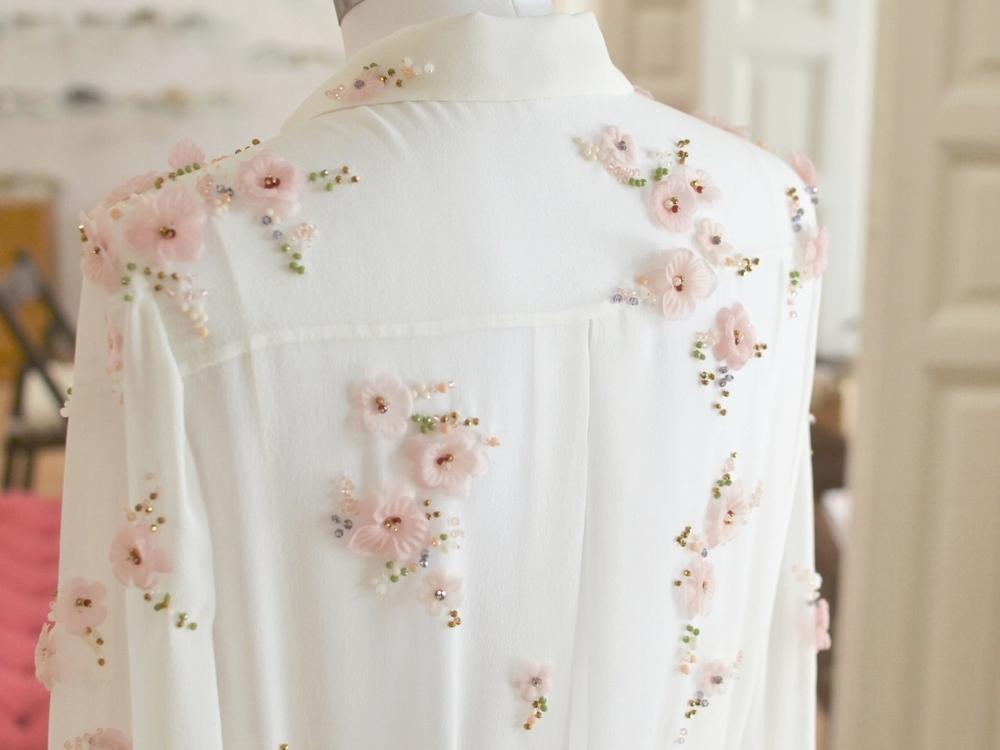 vestido-novia-bordado-camisa-novia-bordada-flores-rosa-a-medida-madrid.jpeg