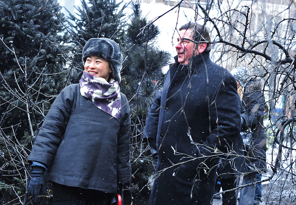 Jennifer Wen Ma and Mayor Bill Peduto tour the installation.  Image by Jen Saffron.