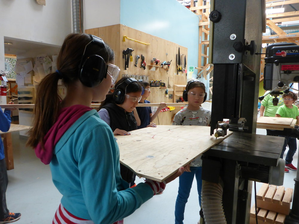 Beatrix, Kaia and Isabella learned how to use the bandsaw in order to cut out one more eye for the insect's head.