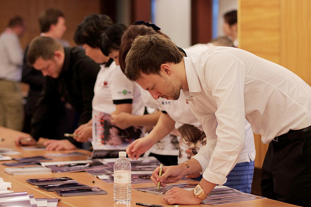 Judd Trump signs programmes and pictures for fans in Shanghai