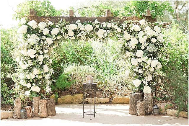 White & fluffy... this floral ceremony arch is so dreamy ☁️🌿🌙 . . Venue: @vistawestranch Photo: @angelakingphotography Coordinator: @coordinatethis #wedding #weddingceremony #thepetalpushers #flowers #organic #ceremonyflowers #dreamy #soloverly