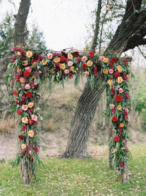 the-creek-haus-wedding-destination-weekend-lodging-austin-texas-petal-pushers-florist-outdoor-ceremony-decor-inspiration