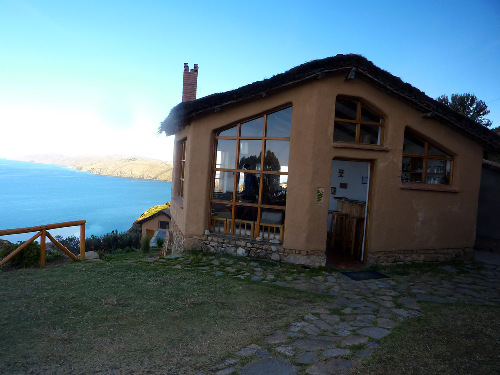 Todas las cabañas del hotel cuentan con una hermosa vista al lago Titicaca
