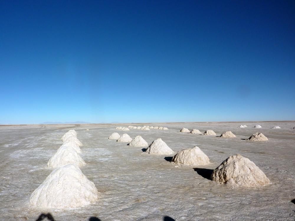 Caminar por el frío desierto sintiendo el crujir de la sal cristalizada bajo los zapatos y observar el blanco infinito que se une con el cielo en el horizonte es una experiencia que vale la pena vivir.