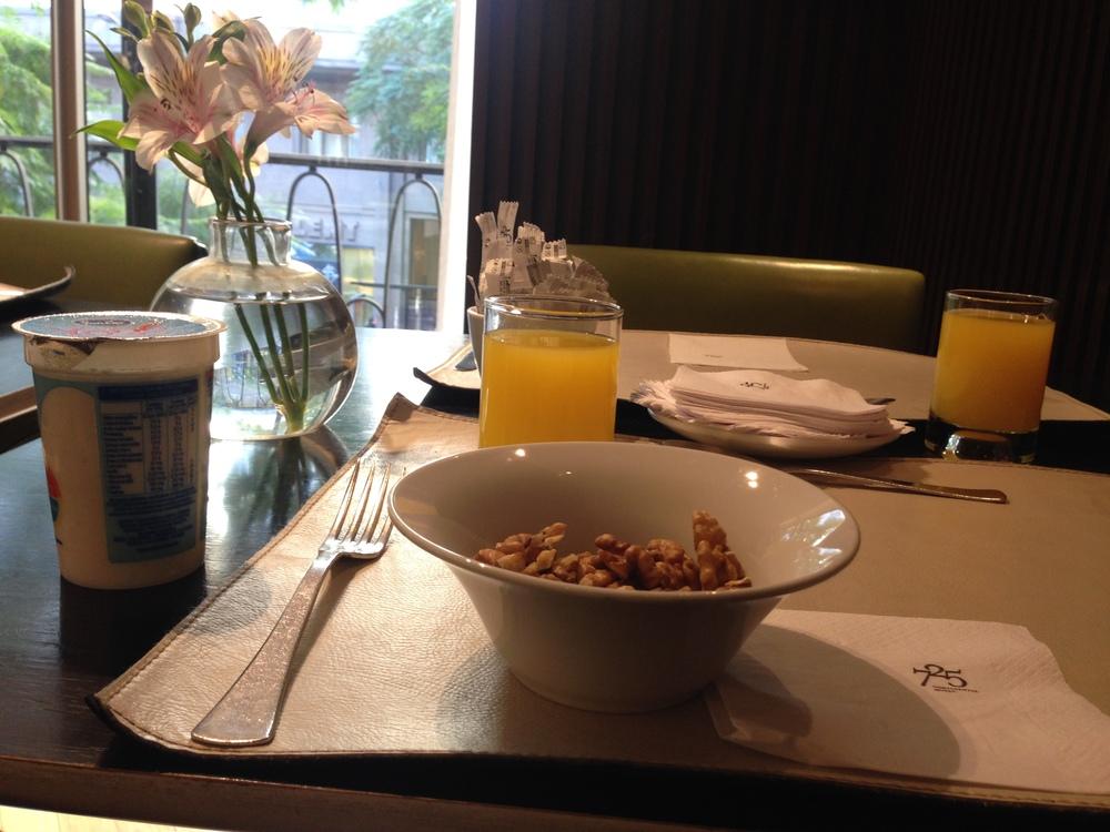 El desayunador se encuentra en la esquina del hotel (recordemos que el hotel es como un triángulo de 45 grados) y cuenta con ventanas enormes con vista tanto a la calle Maipu como a la avenida Roque Saenz Peña)