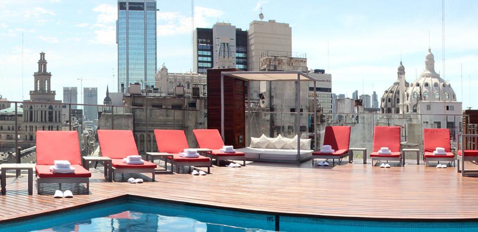 Vista de la terraza y piscina del hotel