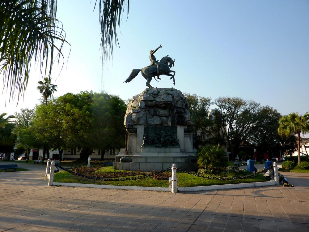 """La plaza """"25 de Mayo"""", es la principal de la ciudad y está rodeada de edificios antiguos que se siguen utilizando hoy como oficinas del Gobierno o como museos."""