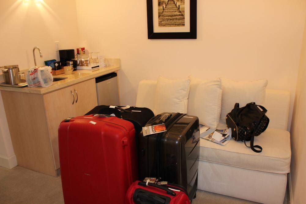 El recibidor, sorry por el desastre con las maletas