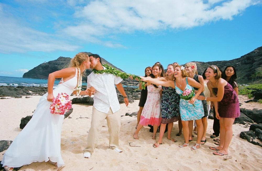 Hawaii wedding couple kissing.jpg